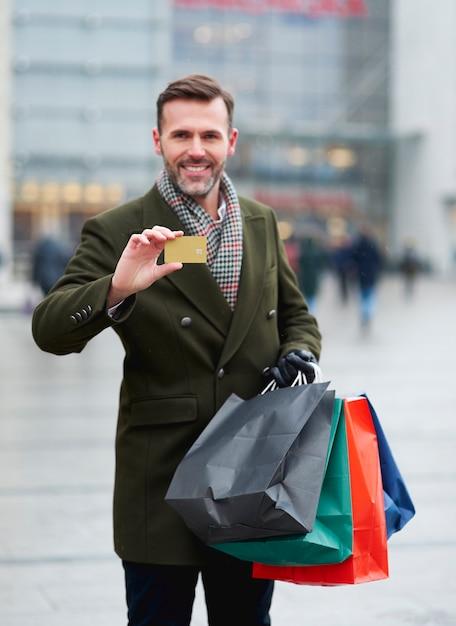 Man betaalt met een creditcard om te winkelen in de winter Gratis Foto