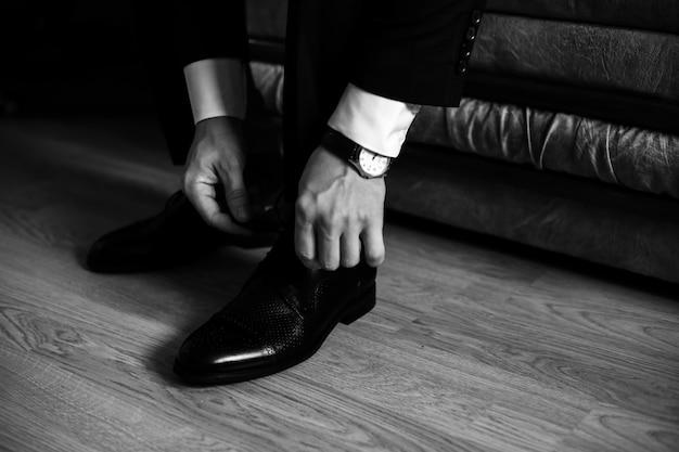 Man bindt veters aan zijn schoenen Gratis Foto