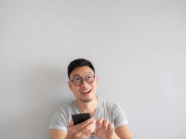 Man blij om te zien wat in de smartphone. Premium Foto