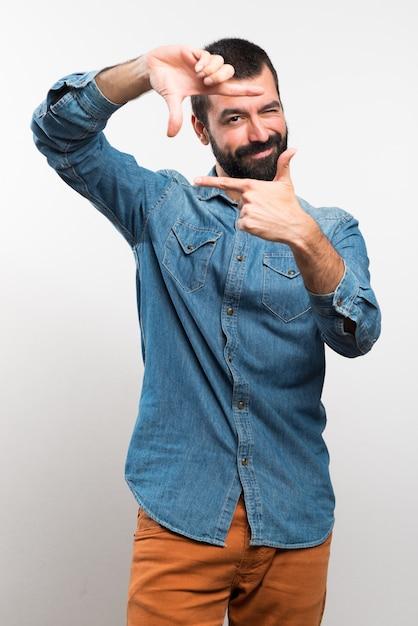 Man concentreren met zijn vingers Gratis Foto