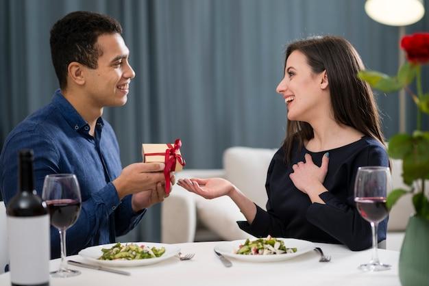 Man die een cadeau geeft aan zijn vrouw voor valentijnsdag Gratis Foto