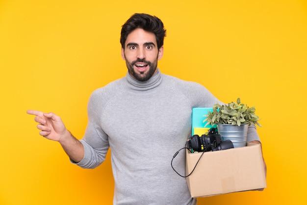 Man die een doos vol dingen neemt en een zet doet Premium Foto