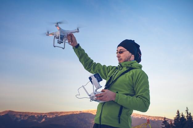 Man die een drone bedient Premium Foto
