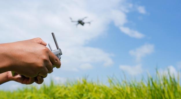 Man die een vliegende drone met afstandsbediening navigeert Premium Foto