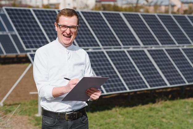 Man die in de buurt van zonnepanelen Premium Foto