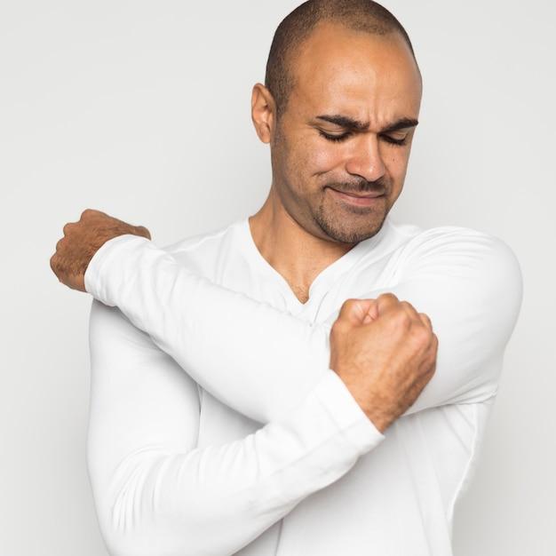 Man die lijdt aan schouderpijn Gratis Foto