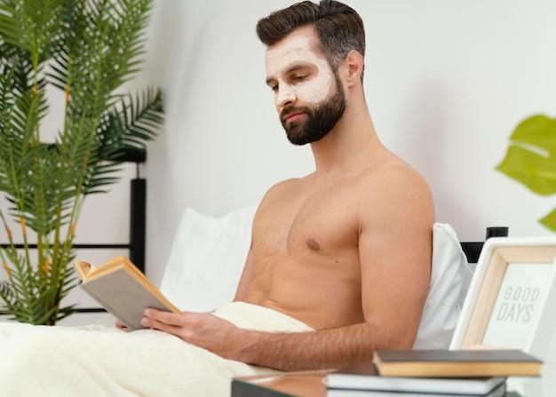 Man die op zijn gezichtsmasker wacht om zijn effect te maken Gratis Foto