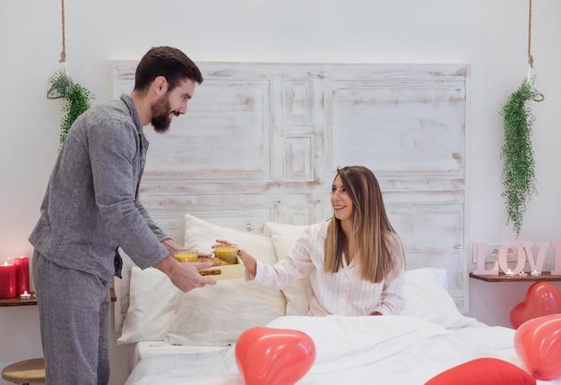 Man die romantisch ontbijt geeft aan vrouw Gratis Foto