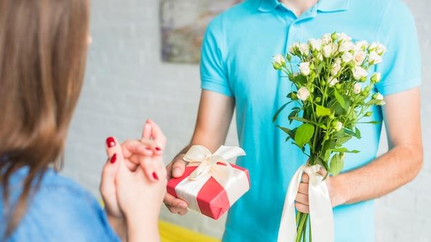 Man Die Valentijn Cadeau En Bloemen Geeft Aan Zijn Vrouw