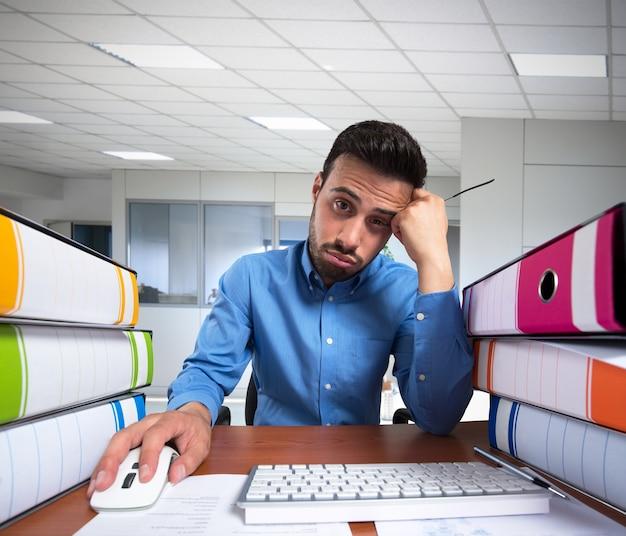 Man doet een saaie baan op zijn computer Premium Foto