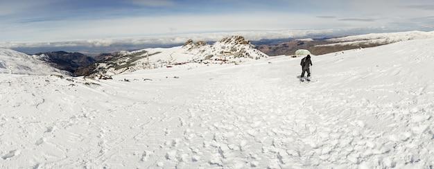 Man doet langlaufen in sierra nevada Premium Foto