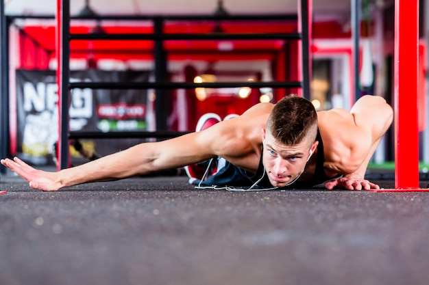 Man doet push-up in sport fitness gym Premium Foto