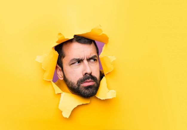 Man door een gatenpapier Premium Foto