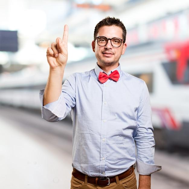 Man draagt een rode vlinderdas. het doen van één nummer gebaar. Gratis Foto