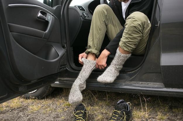 Man draagt nieuwe, frisse, droge sokken na een wandeling Gratis Foto