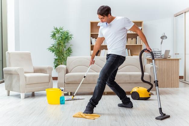 Man echtgenoot die het huis schoonmaakt dat vrouw helpt Premium Foto