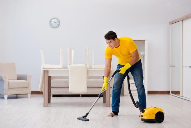 Man echtgenoot die het huis schoonmaakt dat zijn vrouw helpt Premium Foto