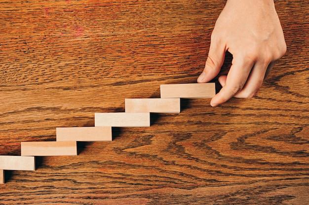 Man en houten kubussen op tafel. management- en marketingconcepten Gratis Foto