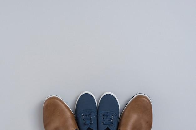 Man en kinderenschoenen op grijze lijst Gratis Foto