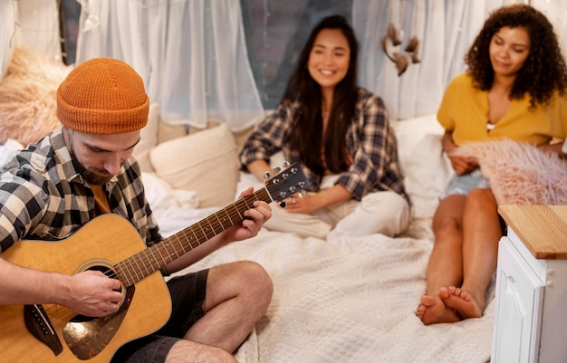 Man en vrienden gitaar spelen Gratis Foto