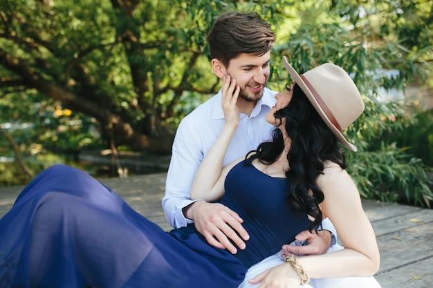 Man en vrouw aan het meer om tijd in elkaars armen door te brengen Gratis Foto