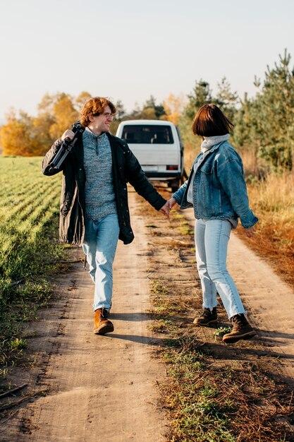 Man en vrouw die dicht bij hun busje lopen Gratis Foto