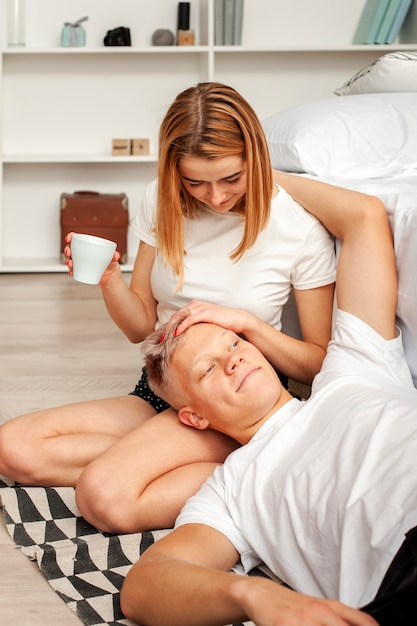 Man en vrouw die een ontspannende ochtend hebben Gratis Foto