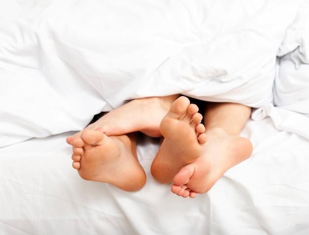 Man en vrouw die een ontspannende ochtend in bed hebben Gratis Foto