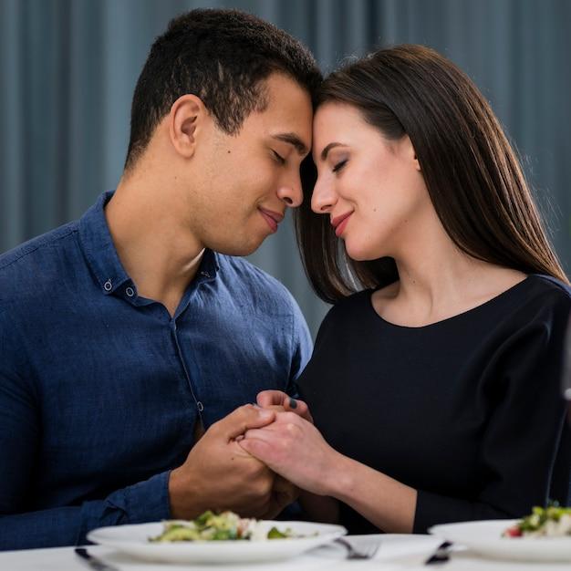 Man en vrouw die een romantisch valentijnsdagdiner hebben binnen Gratis Foto