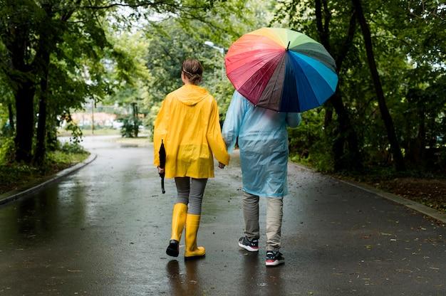 Man en vrouw die een wandeling onder de regen Gratis Foto