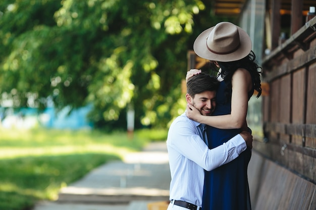 Man en vrouw die elkaar in het park omhelzen Gratis Foto