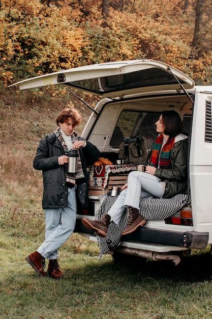 Man en vrouw die klaar zijn voor een roadtrip in een busje Premium Foto