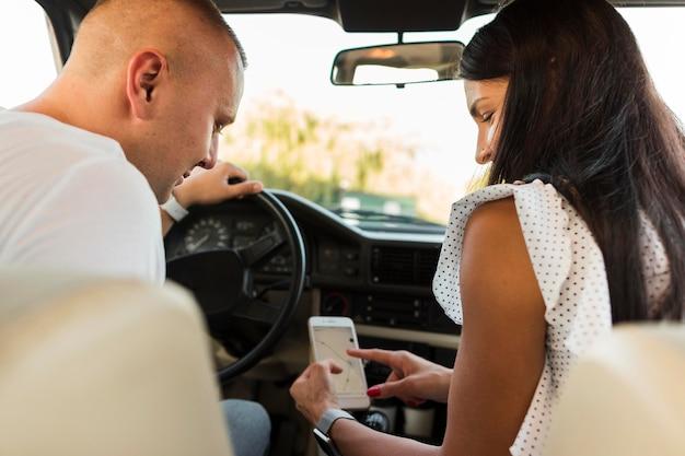 Man en vrouw die telefoonkaart bekijken Gratis Foto