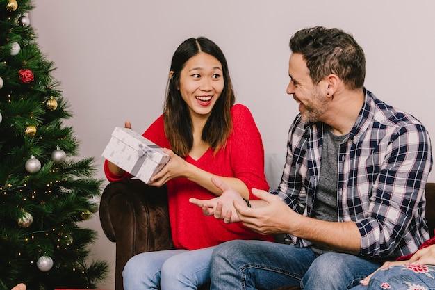 Man en vrouw elkaar schenken Gratis Foto
