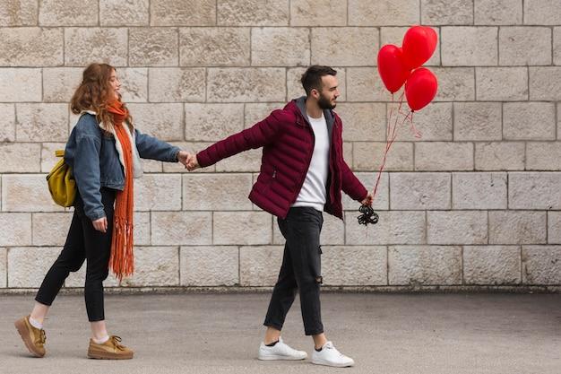 Man en vrouw hand in hand Gratis Foto