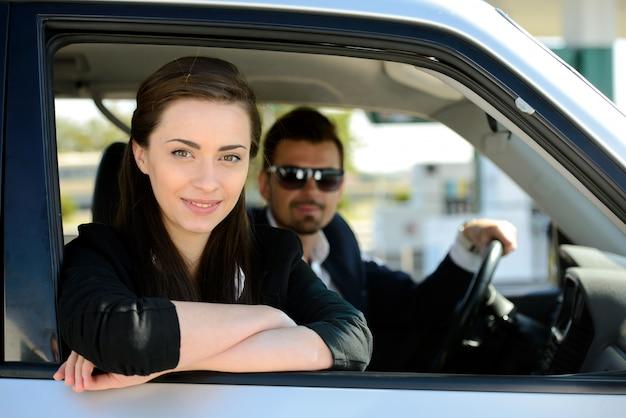 Man en vrouw in zijn auto stopt bij tankstation. Premium Foto