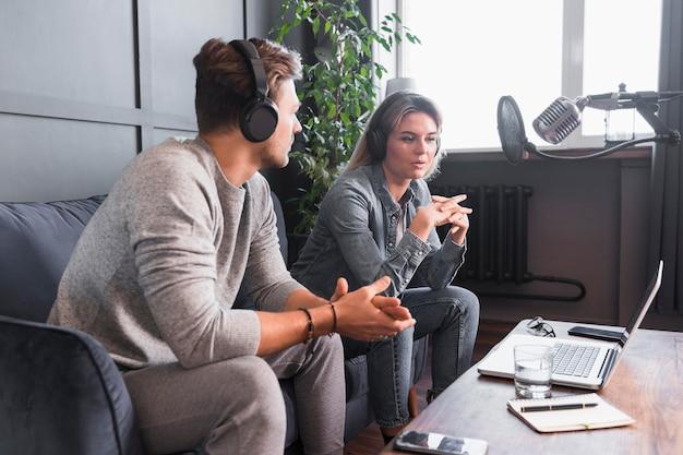 Man en vrouw interview Gratis Foto