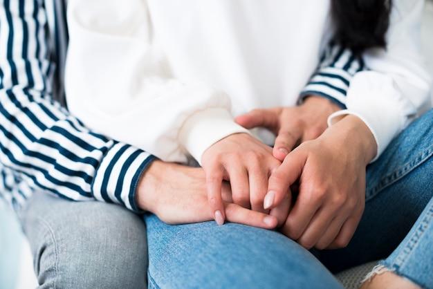Man en vrouw knuffelen en vasthouden hangt Gratis Foto