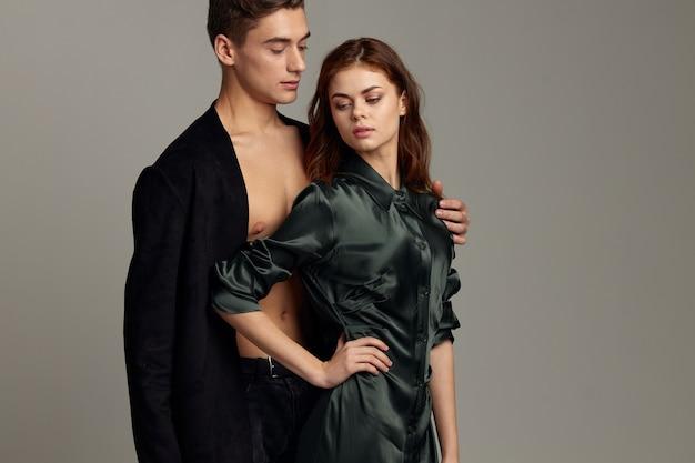 Man en vrouw knuffelen passie romantiek schoonheid modellen Premium Foto