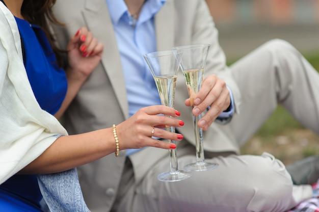 Man en vrouw met glazen champagne Premium Foto