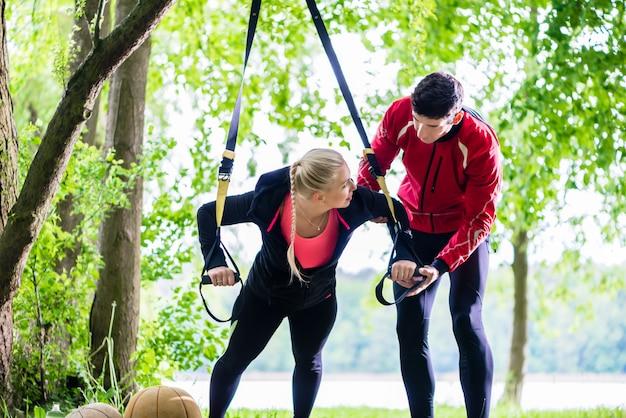Man en vrouw op fitnesstraining doen push-ups Premium Foto