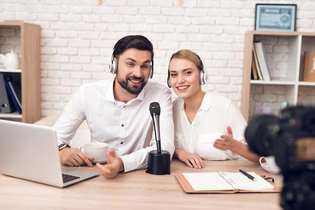 Man en vrouw-podcasters interviewen elkaar. Premium Foto