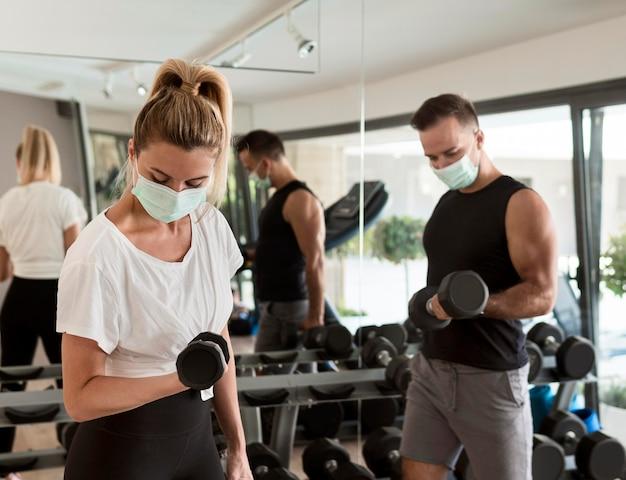 Man en vrouw samen trainen in de sportschool Gratis Foto