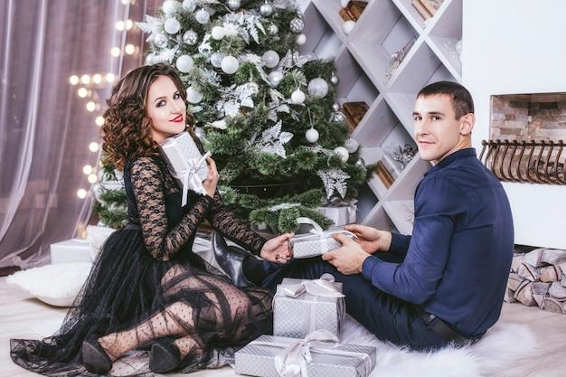 Man en vrouw thuis met kerstversiering Premium Foto