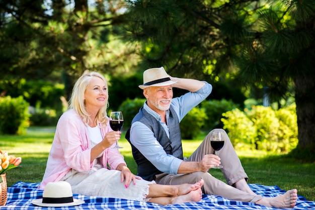 Man en vrouw wegkijken Gratis Foto