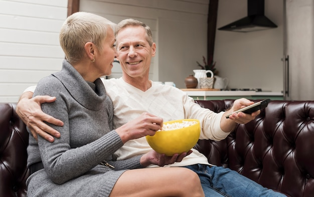 Man en vrouw zich klaar om een film te kijken Gratis Foto