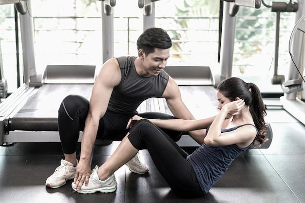 Man en vrouwen samen trainen in de sportschool Premium Foto