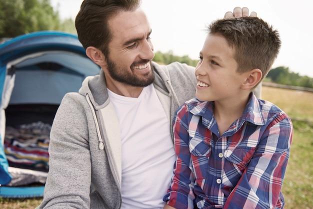Man en zijn zoon op kamperen in het weekend Gratis Foto