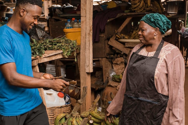 Man eten van de markt kopen Gratis Foto