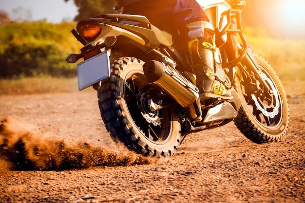 Man extreme paardrijden touring enduro motorfiets op vuil veld Premium Foto